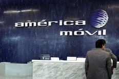 El logo de America Movil visto en el muro del área de recepción de sus oficinas en Ciudad de México. Imagen de archivo, 13 febrero, 2013.  La firma estadounidense de telefonía móvil TracFone, propiedad de la mexicana América Móvil, acordó reembolsar 40 millones de dólares a clientes que adquirieron planes prepagados de datos anunciados como ilimitados pero que tenían topes máximos, dijo el miércoles la Comisión Federal de Comercio (FTC). REUTERS/Edgard Garrido