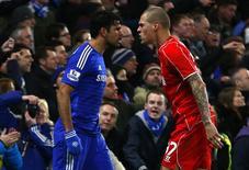 Diego Costa (esquerda), do Chelsea, discute com Martin Skrtel, do Liverpool, durante partida pela Copa da Liga Inglesa em Londres. 27/01/2015 REUTERS/Eddie Keogh