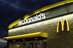 Mis à mal par une concurrence multiforme, McDonald's a annoncé mercredi le départ de son directeur général Don Thompson et son remplacement par Steve Easterbrook, directeur de la gestion de la marque. /Photo prise le 9 septembre 2014/REUTERS/Mike Blake