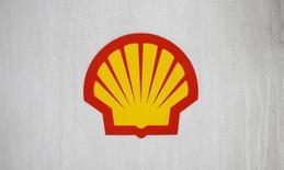 Логотип Shell на АЗС в Лондоне. 30 января 2014 года. Нефтяная компания Royal Dutch Shell почти удвоила прибыль в четвертом квартале по сравнению с тем же периодом 2013 года и планирует сократить капиталовложения в ближайшие три года. REUTERS/Suzanne Plunkett