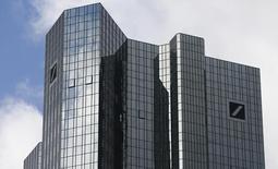 Штаб-квартира Deutsche Bank во Франкфурте-на-Майне. 29 октября 2013 года. Deutsche Bank неожиданно получил доналоговую прибыль в размере 253 миллионов евро ($285 миллионов) в четвертом квартале 2014 года благодаря снижению судебных издержек и повышению доходов от торговли в инвестиционном подразделении. REUTERS/Ralph Orlowski