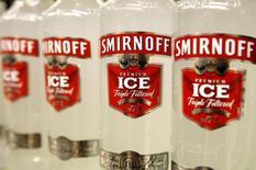 Botellas de vodka Smirnoff fabricadas por Diageo en un local comercial en Londres. Imagen de archivo, 28 agosto, 2008.  Diageo, el mayor productor mundial de bebidas alcohólicas, reportó ventas menores a lo esperado para los seis meses terminados en diciembre, debido a la volatilidad cambiaria y a las ventas de vodka en Estados Unidos, su principal mercado y el más rentable. REUTERS/Suzanne Plunkett