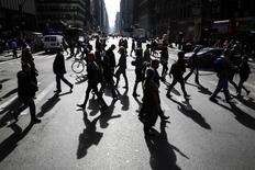 Personas cruzan una avenida cerca de Times Square en Nueva York. Imagen de archivo, 28 octubre, 2014. El total de estadounidenses que pidió por primera vez el seguro de desempleo cayó la semana pasada a su menor nivel en casi 15 años, un dato que se suma a las señales positivas sobre el mercado laboral. REUTERS/Lucas Jackson