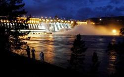 Вид на Красноярскую ГЭС. 13 июня 2010 года. Производство электроэнергии крупнейшей в РФ гидрогенерирующей госкомпании Русгидро в четвертом квартале рухнуло на 12,1 процента в годовом исчислении из-за неблагоприятного уровня воды, что также привело к падению годовой выработки на 8,5 процента. REUTERS/Ilya Naymushin