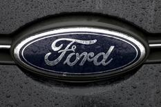 Логотип Ford. Генк, 17 декабря 2014 года. Прибыль Ford Motor Co в четвертом квартале прошлого года превзошла ожидания рынка, и автопроизводитель подтвердил прогноз прибыли на 2015 год. REUTERS/Francois Lenoir