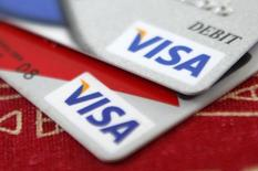 Visa, le premier émetteur mondial de cartes de crédit et de débit, a dégagé des résultats trimestriels meilleurs qu'attendu au titre du premier trimestre clos le 31 décembre de son exercice décalé, profitant de la hausse des dépenses de consommation aux Etats-Unis grâce à l'amélioration du marché du travail et à la baisse des prix de l'essence. /Photo d'archives/REUTERS/Jason Reed