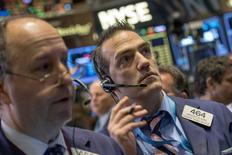 Après avoir subi en janvier sa plus mauvaise performance mensuelle en un an, Wall Street pourrait continuer de souffrir au début du mois de février en raison de l'éventuel impact sur la cote de résultats trimestriels de grands noms du secteur pétrolier dans un contexte d'effondrement des cours du brut. /Photo prise le 30 janvier 2015/REUTERS/Brendan McDermid