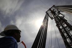 Imagen de archivo de un obrero junto a unos tubos de excavación petrolera en el Campo Rubiales en Meta, Colombia, ene 23 2013. Pacific Rubiales, que se ha visto obligado a retrasar la puesta en marcha de su planta de gas natural licuado en Colombia ante la caída de los precios del petróleo, dijo que es imposible predecir cuándo comenzarían las exportaciones, aunque está trabajando con el comprador Gazprom en opciones alternativas.  REUTERS/Jose Miguel Gomez