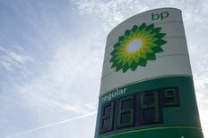 Стела на АЗС BP в городе Трой, Миссури. 17 января 2015 года. Прибыль нефтяной компании ВР превысила прогноз аналитиков в четвертом квартале, и компания сообщила о $3,6-миллиардом списании и предстоящем сокращении капиталовложений. REUTERS/Whitney Curtis