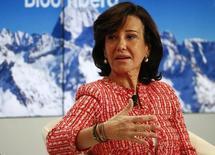 En la foto, Ana Botín, presidenta del Banco Santander, en Davos el  22 de enero de 2015. El banco español Santander reportó el martes un aumento del 39,3 por ciento en su ganancia neta del 2014 a 5.816 millones de euros (unos 6.603 millones de dólares), en línea con sus propias estimaciones, apoyado en la mejora de los márgenes, menores provisiones y una recuperación del crédito y de la evolución bancaria en el mercado local. REUTERS/Ruben Sprich
