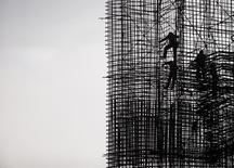 Operários na construção da hidrelétrica Teles Pires em Paranaíta, no Mato Grosso. 22/05/2014 REUTERS/Roosevelt Cassio