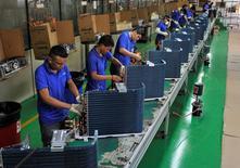 En la imagen, empleados trabajan en una línea de producción en una fábrica en Manaus. 24 de junio, 2014. La producción industrial en Brasil se contrajo un 3,2 por ciento en 2014, dijo el martes el estatal Instituto Brasileño de Geografía y Estadística (IBGE). REUTERS/Jianan Yu