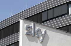 Les tout premiers résultats du groupe Sky -issu du regroupement de BSkyB, de Sky Deutschland et de Sky Italia- se sont avérés prometteurs, le groupe de télévision enregistrant une hausse de 16% de son bénéfice d'exploitation semestriel. /Photo d'archives/REUTERS/Michaela Rehle
