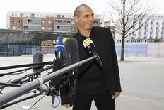 En la imagen, Varoufakis sonríe mientras habla con los medios a las afueras del BCE en Fráncfort, el 4 de febrero de 2015. Grecia puede concluir las discusiones con sus acreedores internacionales en un breve plazo de tiempo, dijo el miércoles el ministro de Finanzas griego, Yanis Varoufakis, quien añadió que Atenas podría contar con el apoyo del Banco Central Europeo. REUTERS/Kai Pfaffenbach