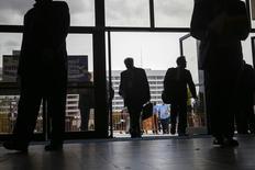 En la imagen, personas ingresan a una feria laboral en Nueva York. 7 de octubre 2014. Los empleadores privados de Estados Unidos crearon 213.000 puestos de trabajo en enero, menos de lo esperado por analistas, mostró el miércoles el informe de un procesador de nóminas. REUTERS/Shannon Stapleton
