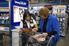 Una empleada de Walmart ayuda a una cliente en una tienda de la cadena en Broomfield, nov 28 2014. El crecimiento en el sector de servicios de Estados Unidos repuntó modestamente en enero, aunque las empresas reportaron el nivel más débil de crecimiento de los nuevos negocios en más de cinco años, mostró un informe de la industria publicado el miércoles.  REUTERS/Rick Wilking
