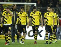 Jogadores do Borussia Dortmund deixam o gramado após derrota para o Augsburg, em Dortmund, na Alemanha, nesta quarta-feira. 04/02/2015 REUTERS/Ina Fassbender