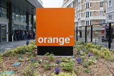 Orange, à suivre jeudi à la Bourse de Paris. Le groupe et Deutsche Telekom ont signé un accord avec BT Group en vue de la cession à ce dernier de la totalité de leurs parts dans l'opérateur mobile britannique EE sur la base d'une valeur d'entreprise de 12,5 milliards de sterling (16,7 milliards d'euros). /Photo d'archives/REUTERS/Charles Platiau