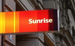 L'action de l'opérateur télécoms suisse Sunrise est en nette hausse vendredi pour ses débuts en Bourse, gagnant 5,4% à 71,65 francs suisses. L'introduction en Bourse de Sunrise s'est faite au prix de 68 francs par action, donnant à l'opérateur une capitalisation de 3,06 milliards de francs suisses (2,9 milliards d'euros), soit la plus importante IPO en Suisse depuis 2006. /Photo prise le 14 janvier 2015/REUTERS/Arnd Wiegmann