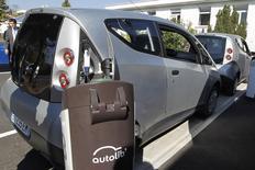 Le groupe Bolloré a reçu l'agrément des ministères de l'Economie et de l'Ecologie le désignant comme opérateur d'un réseau national de recharge pour véhicules électriques. Le groupe prévoit de déployer sur quatre ans 16.000 bornes supplémentaires en France métropolitaine, ce qui permettra aux utilisateurs de voitures électriques de disposer d'au moins une borne tous les 40 kilomètres. /Phoot d'archives/REUTERS/Charles Platiau