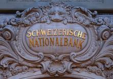 Les réserves de change de la Suisse n'ont jamais été aussi élevées, au vu des données de janvier, ce qui laisse penser que la Banque nationale suisse (BNS) continue d'intervenir sur le marché pour faire baisser le franc. /Photo prise le 15 janvier 2015/REUTERS/Thomas Hodel