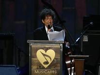 Bob Dylan dio un largo discurso el viernes en una gala en su honor donde repasó las raíces de su música, al tiempo que alababa y tomaba el pelo a personajes famosos. 6 de febrero de 2015.  REUTERS/Mario Anzuoni