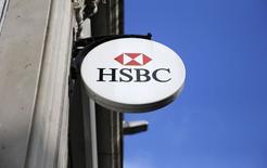 El logo de HSBC visto en las afueras de una de las sucursales del banco en Londres, 8 febrero, 2015.  El banco británico HSBC Holdings Plc admitió el domingo fallas en su subsidiaria suiza, en respuesta a reportes de medios que dijeron que ayudó a clientes ricos a evadir impuestos y ocultar millones de dólares de activos. REUTERS/Suzanne Plunkett