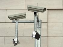 Камеры видеонаблюдения на здании, расположенном на территории комплекса Федеральной разведывательной службы Германии. Берлин, 31 марта 2014 года. Японская Canon Inc сообщила во вторник, что намерена купить производителя камер для систем безопасности Axis AB примерно за 23,6 миллиарда шведских крон ($2,83 миллиарда) в расчете на расширение своего присутствия на рынке средств наблюдения в условиях падения продаж ее камер. REUTERS/FSoeren Stache/Pool
