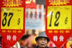 Ценники в супермаркете в Хуайбэе. 10 февраля 2015 года. Годовая потребительская инфляция в Китае достигла пятилетнего минимума в январе, а дефляция оптовых цен усилилась, подчеркивая слабость экономики. REUTERS/Stringer