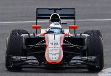 O piloto de Fórmula 1 da McLaren Fernando Alonso durante a pré-temporada na pista de Jerez, no sul da Espanha. 03/02/2015  REUTERS/Marcelo del Pozo