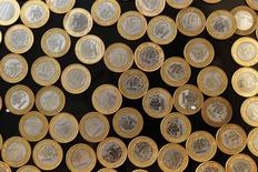 Fotografía de monedas de real brasileño vistas en Rio de Janeiro. Imagen de archivo, 16 octubre, 2010.  El real brasileño cayó el martes un 2,12 por ciento a 2,8364 unidades por dólar, su menor nivel desde el 1 de noviembre del 2004, mientras que la Bolsa de Sao Paulo retrocedió arrastrada por las acciones de Petrobras y Vale.  REUTERS/Bruno Domingos