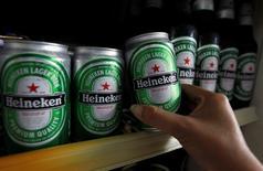 Heineken a fait état mercredi d'un résultat opérationnel courant légèrement supérieur aux attentes pour 2014, ce qui n'empêche pas le troisième brasseur mondial d'anticiper un ralentissement de la croissance de ses ventes et de sa rentabilité cette année. /Photo d'archives/REUTERS/Sukree Sukplang