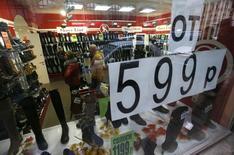 Обувной магазин в Санкт-Петербурге. 7 ноября 2014 года. Рост индекса потребительских цен в РФ за период с 3 по 9 февраля 2015 года составил 0,6 процента по сравнению с 0,9 процента на предыдущей неделе, сообщил Росстат. REUTERS/Alexander Demianchuk