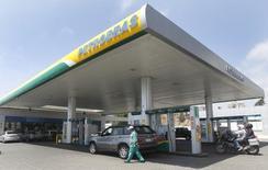 Un empleado camina en una gasolinera de Petrobras en la ciudad chilena de Viña del Mar. 12 de enero de 2015.  Petrobras tiene previsto publicar sus demorados resultados auditados del cuarto trimestre a finales de marzo, informó el miércoles el diario Globo. REUTERS/Rodrigo Garrido