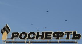 Логотип Роснефти на здании в Ставрополе 9 декабря 2014 года. Роснефть 11 февраля погасила $7,154 миллиарда из кредита, взятого у международных банков на покупку ТНК-BP в начале 2013 года, сообщила компания в четверг. REUTERS/Eduard Korniyenko