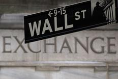 Una señalética de Wall Street fotografiada frente la bolsa de Nueva York . Imagen de archivo, 27 enero, 2015. Las acciones cerraron el jueves al alza en la bolsa de Nueva York, con un repunte en los papeles tecnológicos que llevó al índice Nasdaq a máximos de 15 años y ayudó a contrarrestar el impacto de algunos datos económicos flojos. REUTERS/Carlo Allegri