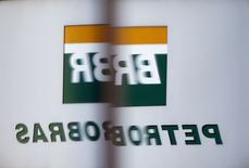 El logo de Petrobras reflejado en una ventana en las oficinas de la compañía en Sao Paulo. Imagen de archivo, 6 febrero, 2015. La petrolera estatal brasileña Petrobras planea publicar sus resultados auditados de 2014 a fines de mayo mientras recalcula las pérdidas derivadas de un escándalo de corrupción, dijo el jueves la empresa en una presentación al regulador del mercado.. REUTERS/Paulo Whitaker