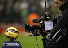 """Видеооператор снимает мяч перд матчем чемпионата Англии между """"Ливерпулем"""" и """"Тоттенхэмом"""". Ливерпуль, 10 февраля 2015 года. REUTERS/Phil Noble"""