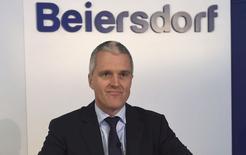 Stefan Heidenreich, président du directoire de Beiersdorf. Le fabricant des crèmes Nivea et La Prairie, a dégagé l'an dernier un résultat opérationnel avant éléments exceptionnels en hausse de 6%, à 861 millions d'euros. Les analystes financiers avaient anticipé en moyenne 855 millions . /Photo prise le 13 février 2015/REUTERS/Fabian Bimmer