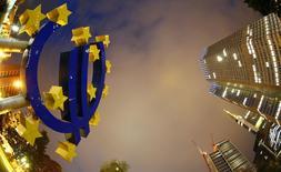Símbolo do euro visto na sede do Banco Central Europeu (BCE) em Frankfurt. 02/09/2013 REUTERS/Kai Pfaffenbach