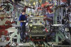 Рабочий на заводе Derways в Черкесске 7 сентября 2011 года. Российские автозаводы, переживающие острый кризис сбыта, сократили производство легковых автомобилей в январе 2015 года на 25,7 процента до 85.700 штук, сообщил в понедельник Росстат. REUTERS/Eduard Korniyenko