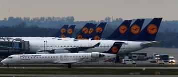 Aviones de la aerolínea Lufthansa estacionados en el aeropuerto de Munich. Imagen de archivo, 1 diciembre, 2014. Las aerolíneas europeas se están apurando para ofrecer internet inalámbrica en sus aviones, en un intento por atraer clientes en el competitivo mercado de vuelos cortos y potencialmente obtener millones de euros a través del entretenimiento, los servicios y la publicidad. REUTERS/Michael Dalder