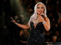 """Lady Gaga canta """"Cheek to Cheek"""" durante cerimônia do Grammy em Los Angeles. 08/02/2015 REUTERS/Lucy Nicholson"""