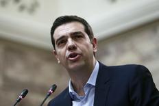 El primer ministro griego, Alexis Tsipras, se dirige a miembros del parlamento de su partido izquierdista Syriza en el parlamento, 17 febrero, 2015. Tsipras dijo el martes que su gobierno no estaba apresurado por llegar a un acuerdo con la zona euro a costa de abandonar sus promesas electorales de poner fin a la austeridad y afirmó que no haría concesiones. REUTERS/Alkis Konstantinidis