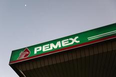 El logo de Pemex visto en una de sus estaciones gasolineras en Ciudad de México. Imagen de archivo, 13 enero, 2015. La petrolera estatal mexicana Pemex informó el martes que transportará por sus ductos gasolinas y diesel sin terminar, para completar el proceso en sus terminales de almacenamiento, con el propósito de combatir el cada vez más extendido y floreciente robo de combustibles. REUTERS/Edgard Garrido