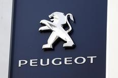 Логотип Peugeot в дилерском центре компании в Париже. 13 декабря 2013 года. Автоконцерн PSA Peugeot Citroen, результаты которого в 2014 году превзошли прогнозы на фоне сильных продаж в Китае и восстановления в Европе, рассчитывает наращивать денежный поток быстрее, чем ожидалось. REUTERS/Charles Platiau