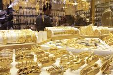 Золотые украшения в магазине в Басре. 14 февраля 2015 года. Цены на золото близки к минимуму шести недель из-за роста фондовых рынков, вызванного надеждой инвесторов на договоренность Греции с иностранными кредиторами. REUTERS/ Essam Al-Sudani