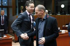. En la imagen, el ministro holandés de Finanzas y presidente del Eurogrupo, Jeroen Dijsselbloem, estrecha la mano del ministro griego de Finanzas, Yanis Varoufakis (D), durante la reunión del Eurogrupo en Bruselas, el 17 de febrero de 2015. El Gobierno griego confirmó que pedirá el miércoles una extensión de su acuerdo de crédito con la zona euro, que diferencia de su programa de rescate completo. REUTERS/François Lenoir