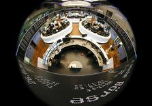 Les Bourses européennes évoluent mercredi en territoire positif à la mi-séance, soutenues par l'espoir d'un règlement sur la dette grecque. À Paris, le CAC 40 gagne 1,03% à 4.803,10 points vers 12h10 GMT. À Francfort, le Dax prend 0,62% et à Londres, le FTSE 0,09%. /Photo prise le 26 janvier 2015/REUTERS/Kai Pfaffenbach
