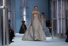 Modelo desfila criação da coleção outono/inverno 2015 da estilista Carolina Herrera, na Semana da Moda de Nova York, nos Estados Unidos. 16/02/2015 REUTERS/Eric Thayer